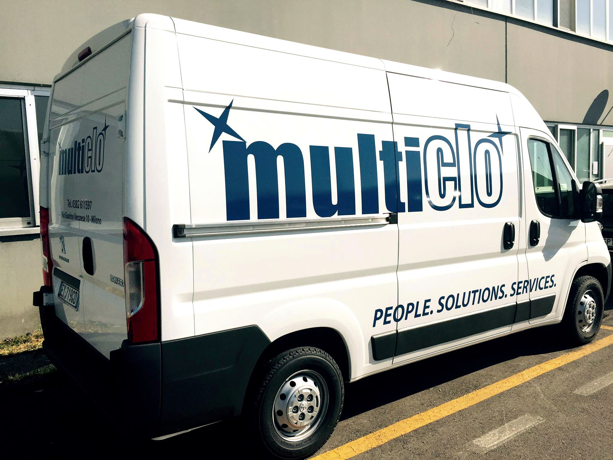Servizio postale e consegne con il furgoncino di Multiclo.